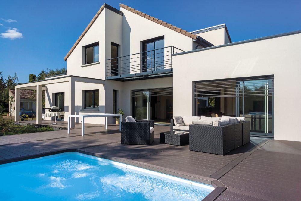 Brise soleil Nina noir moderne sur jolie villa avec piscine | Sonnier, Menuiserie, Panneaux, Bois | Isère (38), Drôme (26), Ardèche (07)