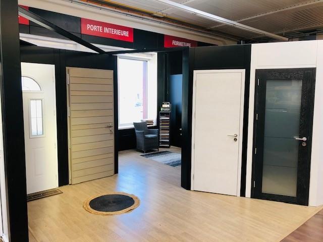Verrière showroom exposition des portes d'entrées | Sonnier, Menuiserie, Panneaux, Bois | Isère (38), Drôme (26), Ardèche (07)