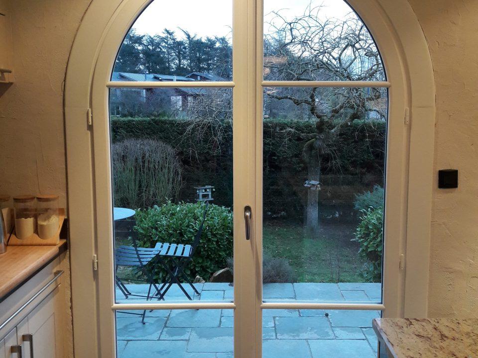 Porte-fenêtre demi-lune blanche | Sonnier, Menuiserie, Panneaux, Bois | Isère (38), Drôme (26), Ardèche (07)