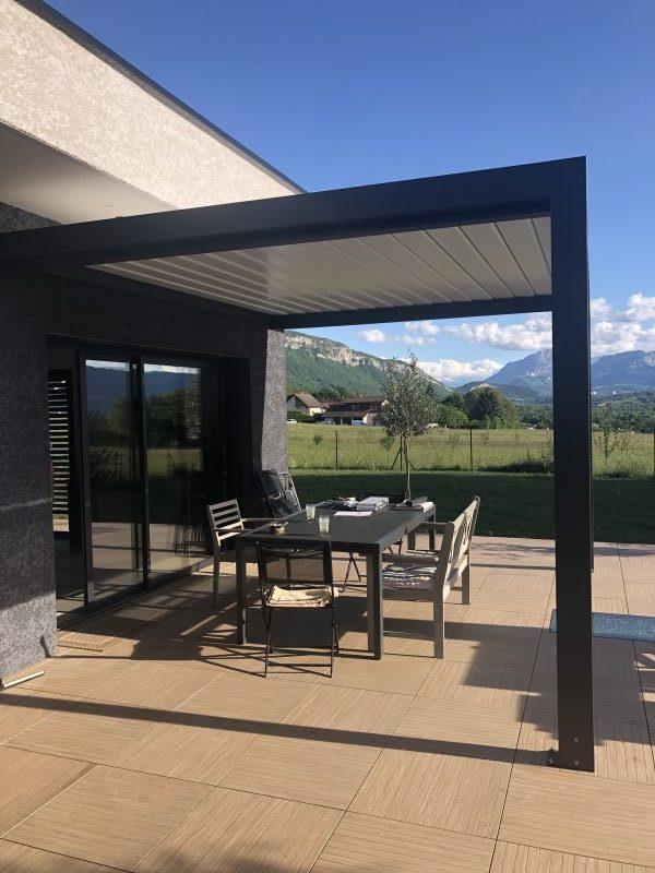 Pergola noire et terrasse | Sonnier, Menuiserie, Panneaux, Bois | Isère (38), Drôme (26), Ardèche (07)